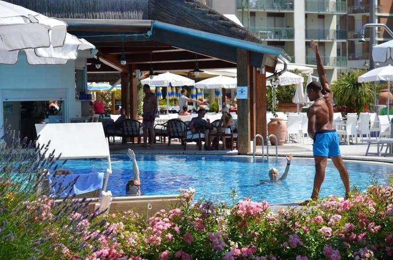 Hotel con piscina a bibione savoy beach hotel thermal spa - Spa con piscina in camera ...